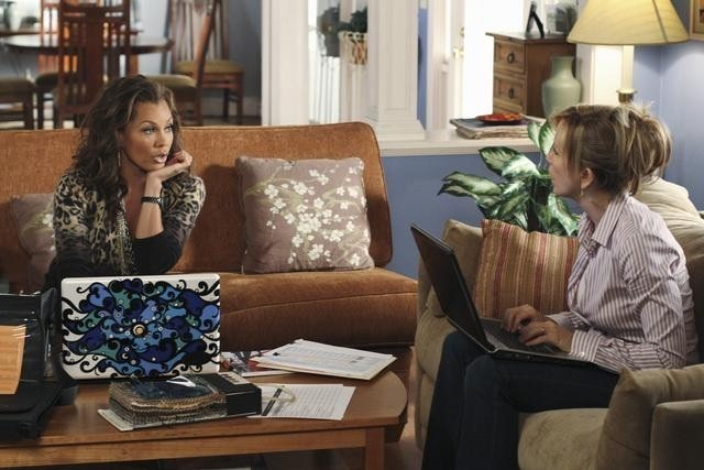 Vanessa Williams e Felicity Huffman nell'episodio A Humiliating Business di Desperate Housewives