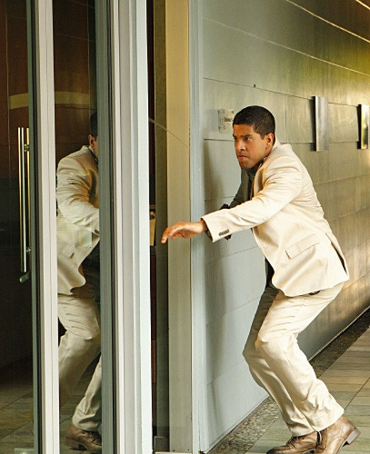 Adam Rodriguez in CSI: Miami nell'episodio Happy Birthday