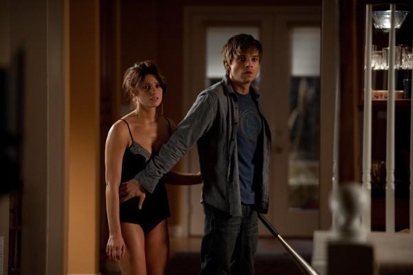 Ashley Greene e Sebastian Stan in The Apparition