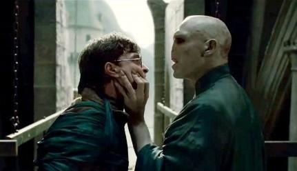 Daniel Radcliffe faccia a fiaccia con un irriconoscibile Ralph Fiennes in Harry Potter e i doni della morte - parte 2