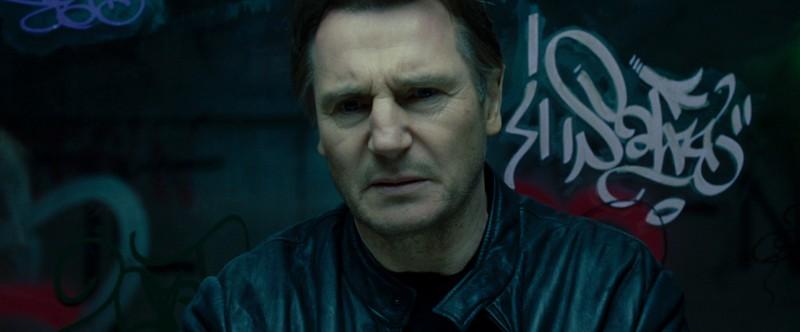 Un intenso primo piano di Liam Neeson in Unknown