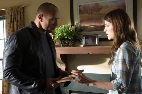 Dwayne Johnson con Jennifer Carpenter nel film Faster