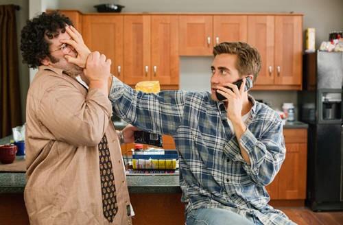 Josh Gad e Jake Gyllenhaal nella commedia Amore ed altre droghe