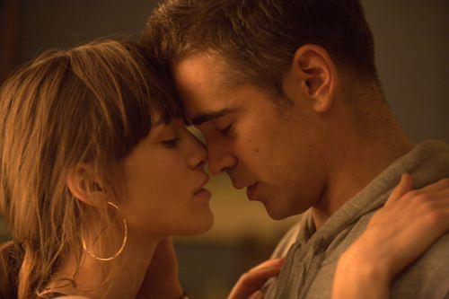 Colin Farrell e Keira Knightley in un'immagine romantica di London Boulevard