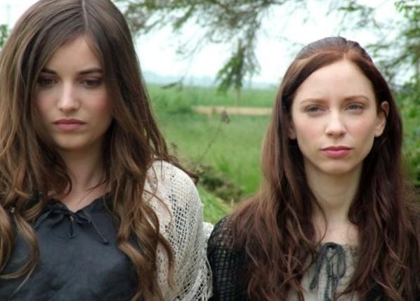 Marysia Kay e Anna Tolputt in una scena dell'horror The Scar Crow