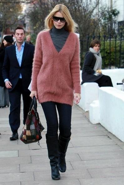 Claudia Schiffer con un'amica lasciano la scuola