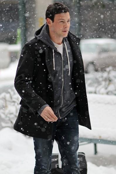 Cory Monteith si dirige verso casa sotto la neve