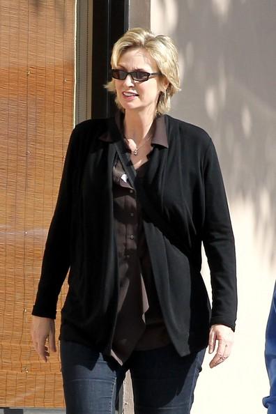 Jane Lynch e la sua famiglia hanno pranzato da Urth Cafe prima di andare al Pacific Design Center di West Hollywood