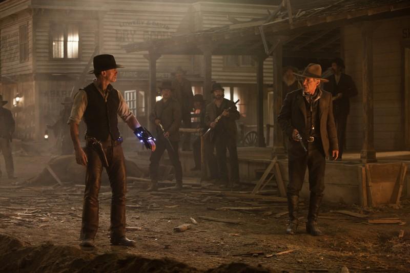 Daniel Craig e Harrison Ford si guardano in una scena del film Cowboys & Aliens