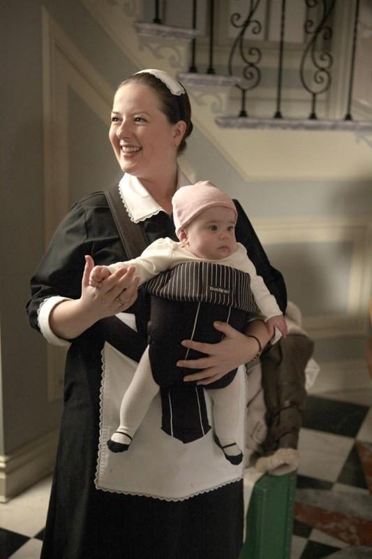 Dorota (Zuzanna Szadkowski) e la bambina in un momento dell'episodio Gaslit di Gossip Girl
