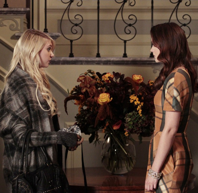 Jenny (Taylor Momsen) e Blair (Leighton Meester) nell'episodio Gaslit di Gossip Girl
