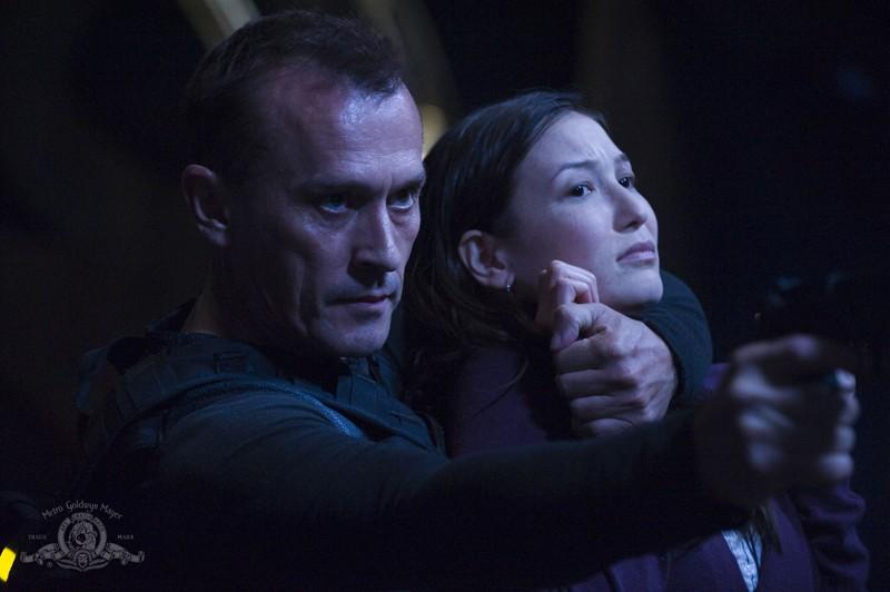 Robert Knepper prende in ostaggio Jennifer Spence nell'episodio Malice di Stargate Universe