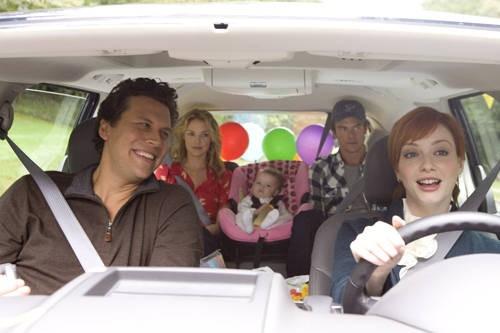 Hayes MacArthur, Katherine Heigl, Josh Duhamel e Christina Hendricks in una scena della commedia Tre all'improvviso