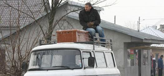 Mark Ivanir in una scena de Il responsabile delle risorse umane