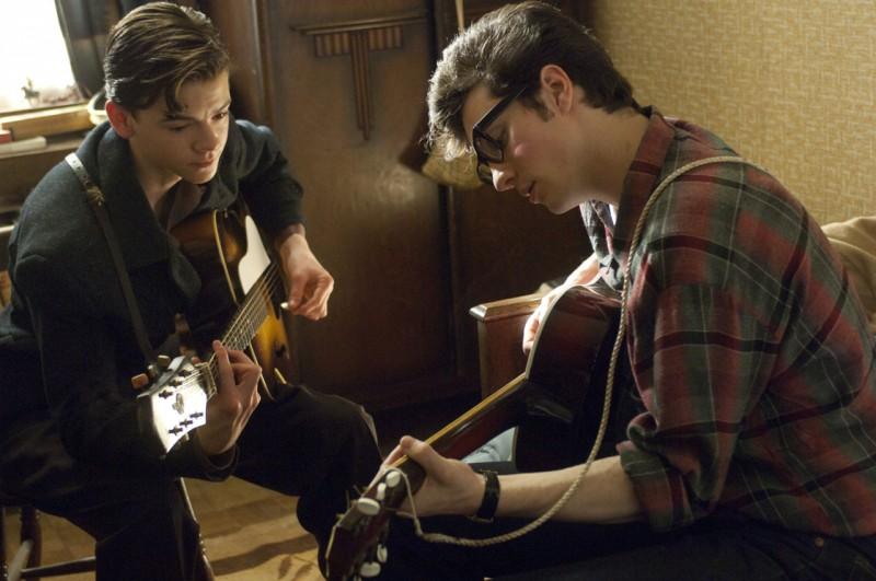 Paul McCartney (Thomas Brodie-Sangster) e John Lennon (Aaron Johnson) nel film Nowhere Boy