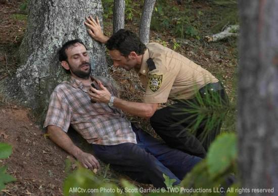 Andrew Lincoln e Andrew Rothenberg in una scena dell'episodio Wildfire di The Walking Dead