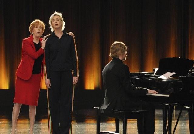 Carol Burnett e Jane Lynch durante un numero dell'episodio Furt di Glee