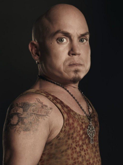 Martin Klebba è Rollo in una foto promozionale di The Cape