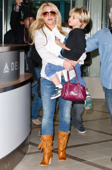 Britney Spears con i figli Sean e Jayden all'aeroporto di Los Angeles