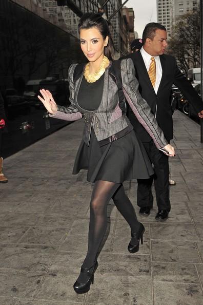 Kim Kardashian, super elegante, esce con le sue sorelle a New York