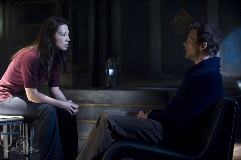 Camile (Ming-Na) parla con Varro (Mike Dopud) nell'episodio Visitation di Stargate Universe