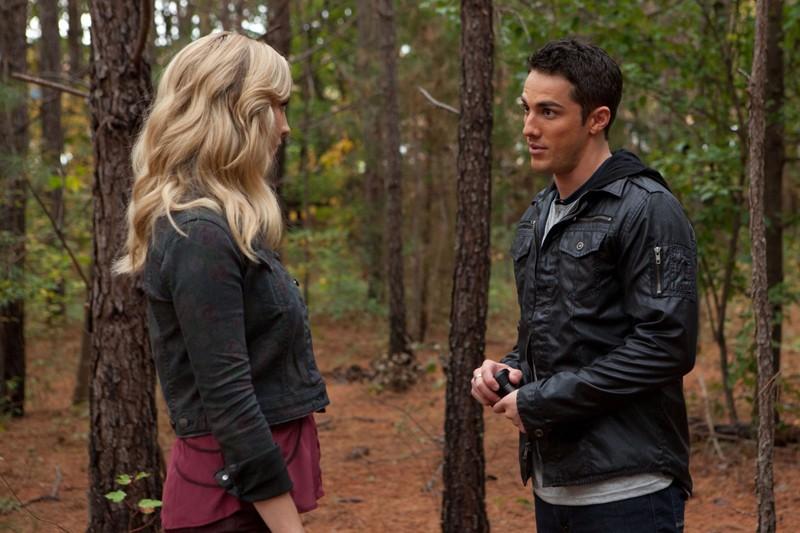 Candice Accola ascolta Michael Trevino in una scena di The Sacrifice di Vampire Diaries