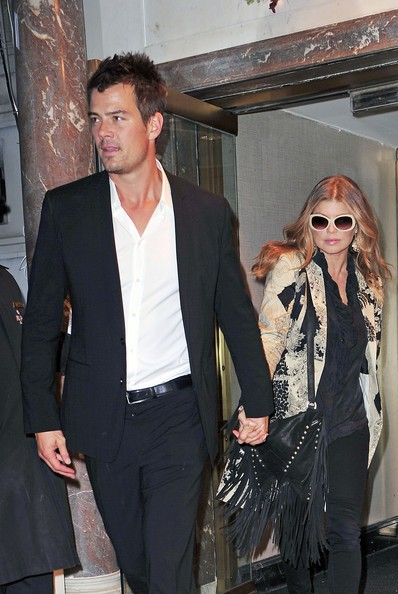 Josh Duhamel con Fergie mentre lasciano la Billboard's Women of the Year Award a New York