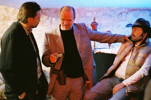 Aurélien Recoing e Franck Llopis in una scena del film L'étranger