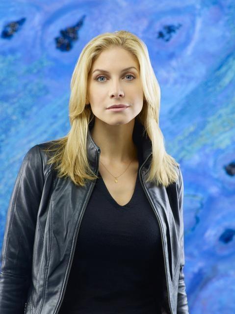 Elizabeth Mitchell è Erica Evans in una foto promozionale della stagione 2 di V