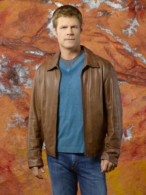 Joel Gretsch è Padre Jack in una foto promozionale della stagione 2 di V