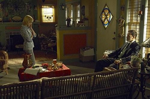 Jonny Lee Miller e Angela Bettis in una scena dell'episodio Hop a Freighter di Dexter