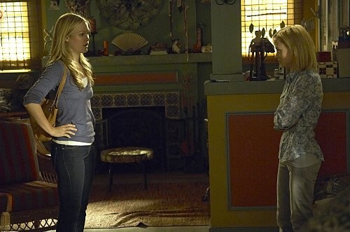 Julia Stiles e Angela Bettis in una scena dell'episodio Hop a Freighter di Dexter