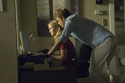 Julia Stiles e Michael C. Hall in una scena dell'episodio Hop a Freighter di Dexter