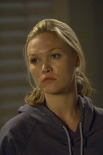 Julia Stiles in una scena dell'episodio In the Beginning della quinta stagione di Dexter