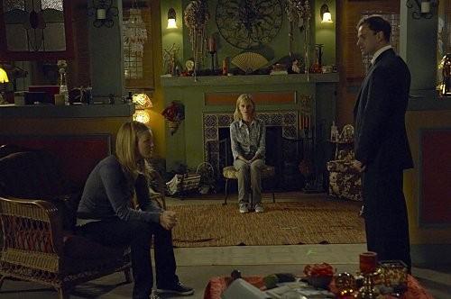 Julia Stiles, Jonny Lee Miller e Angela Bettis in una scena dell'episodio Hop a Freighter di Dexter