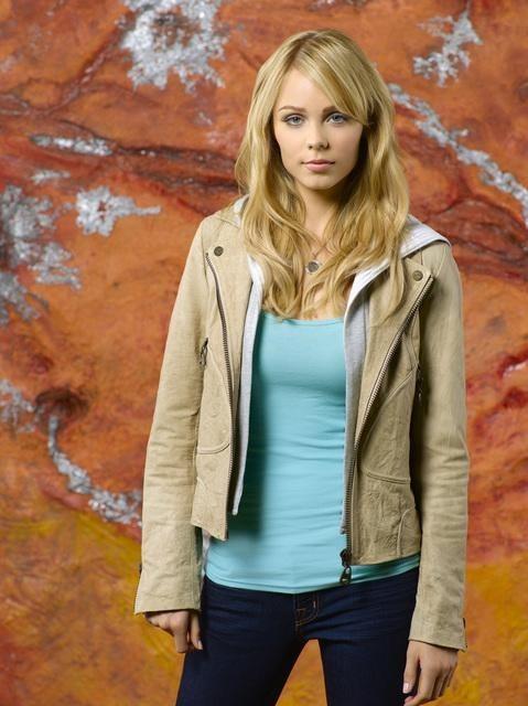 Laura Vandervoort è Lisa in una foto promozionale della stagione 2 di V