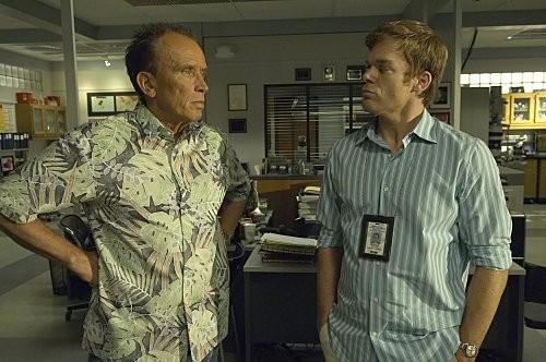 Michael C. Hall con Peter Weller in una scena dell'episodio In the Beginning della quinta stagione di Dexter