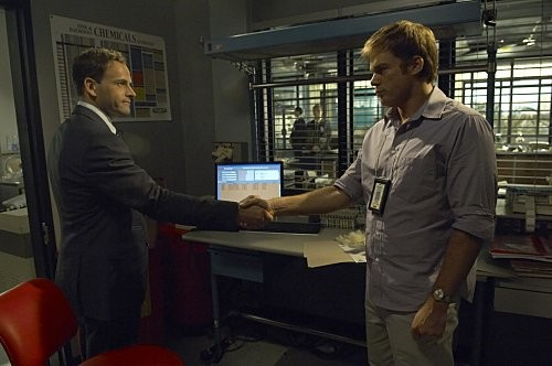 Michael C. Hall e Jonny Lee Miller in una scena dell'episodio In the Beginning della quinta stagione di Dexter