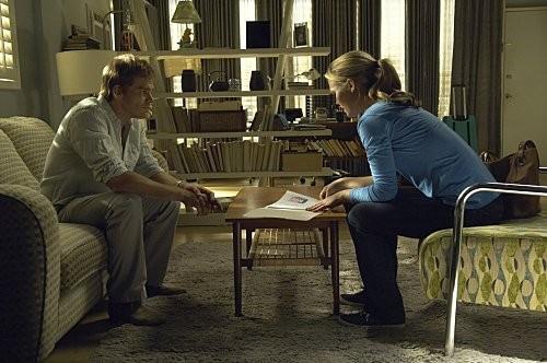 Michael C. Hall e Julia Stiles in una scena dell'episodio In the Beginning della quinta stagione di Dexter