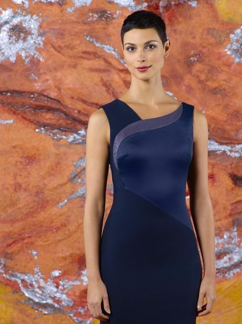 Morena Baccarin è Anna in una foto promozionale della stagione 2 di V