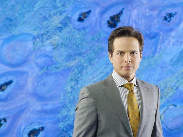 Scott Wolf è Chad Decker in una foto promozionale della stagione 2 di V
