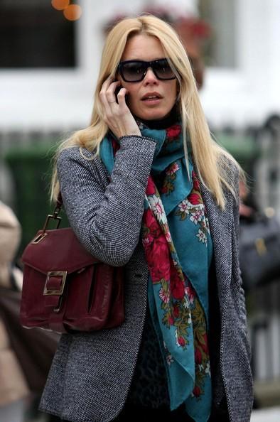 Claudia Schiffer al telefono durante una passeggiata