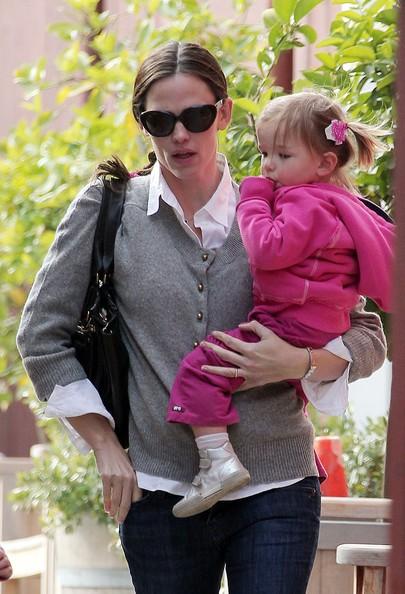 Jennifer Garner passa il pomeriggio con le figlie al Brentwood Country Mart