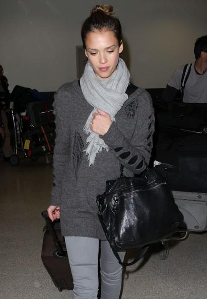 Jessica Alba e il marito all'arrivo da Londra all'aeroporto di Los Angeles