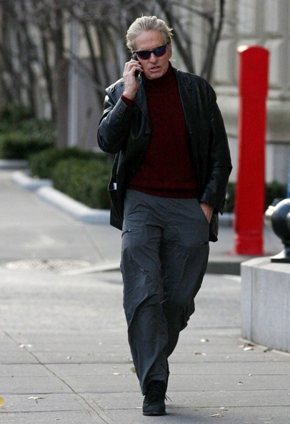 Michael Douglas chiacchiera al cellulare mentre torna a casa