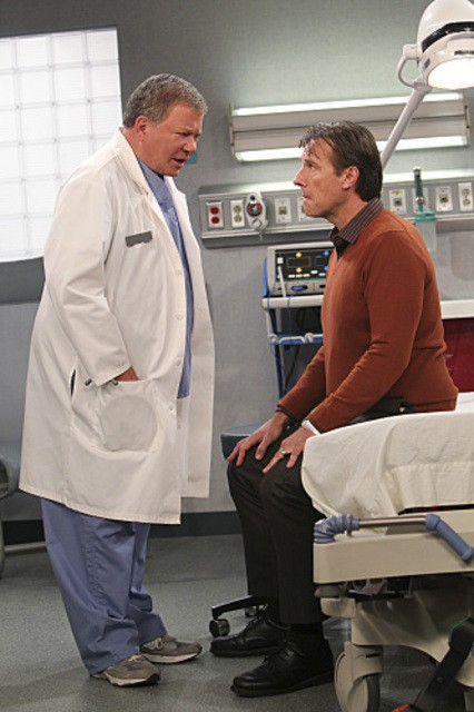 William Shatner e Alex Enriquez in $#*! My Dad Says nell'episodio Family Dinner for Schmucks