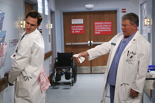 William Shatner e Andrew J. West in $#*! My Dad Says nell'episodio Family Dinner for Schmucks
