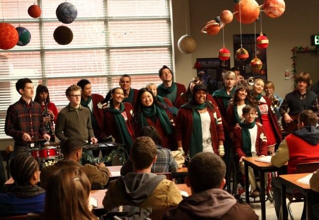 Il cast di Glee in una scena dell'episodio A Very Glee Christmas