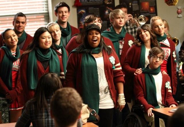 Il cast di Glee intona un brano natalizio in una scena dell'episodio A Very Glee Christmas