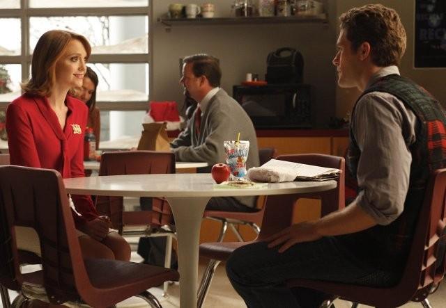 Jayma Mays e Matthew Morrison in una scena dell'episodio A Very Glee Christmas di Glee